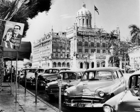 September 1958: American cars parked in front of President Batista's palace at Havana. (Photo by Central Press/Getty Images)